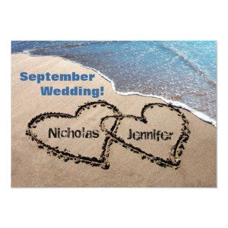 Zwei Herzen in der Sand-Sommer-Strand-Hochzeits-Ei Personalisierte Ankündigungskarte