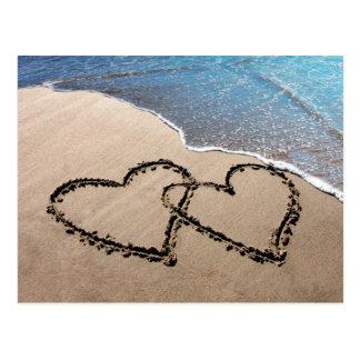 Zwei Herzen in der Sand-Strand-Postkarte Postkarte
