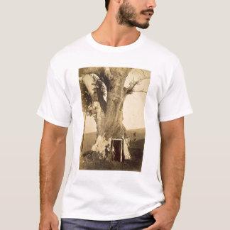 Zwei Jungen am Eingang ihres Baumhauses, c.1870 T-Shirt