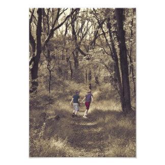 Zwei Jungen auf einem Waldweg Fotos
