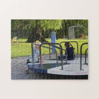 Zwei Jungen auf Fröhlich-Gehen-Rundem Puzzlespiel Puzzle
