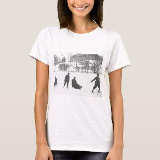 Zwei Jungen, die zwei Mädchen auf Schlitten ziehen T-Shirt