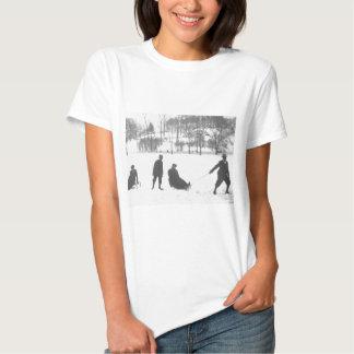 Zwei Jungen, die zwei Mädchen auf Schlitten ziehen Tshirts