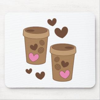 zwei Kaffeetassen mit Liebeherzen Mousepad