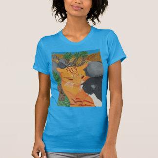 Zwei Katzen, die am Joshua-Baum-Shirt küssen T-Shirt
