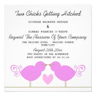 Zwei Küken, die Hitched lesbische Hochzeit Einladung