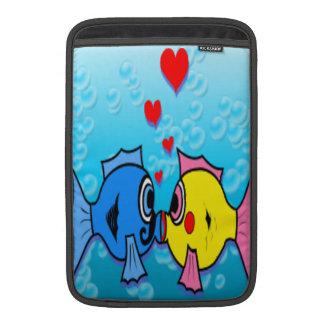 Zwei küssende Fische, Unterwasserszene MacBook Sleeve