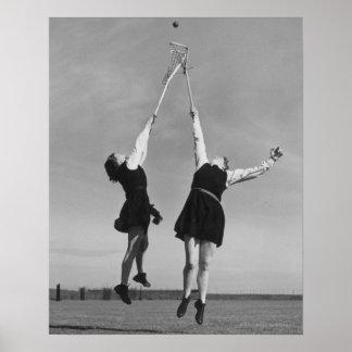 Zwei Lacrossespieler springen für den Ball Poster