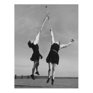 Zwei Lacrossespieler springen für den Ball Postkarte