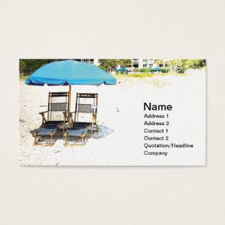 zwei leere Strandstühle und -regenschirm Visitenkarte