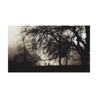 Zwei Leute treffen sich in einem nebelhaften Holz Leinwanddruck