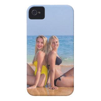 Zwei Mädchen sitzen auf Strand nahe blauem sea.JPG iPhone 4 Cover