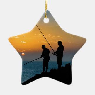 Zwei Männer, die am Ufer fischen Keramik Ornament