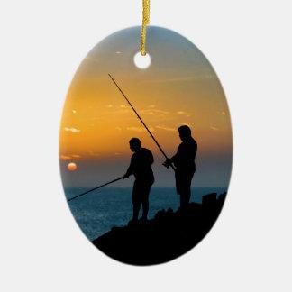 Zwei Männer, die am Ufer fischen Ovales Keramik Ornament