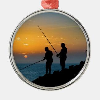 Zwei Männer, die am Ufer fischen Rundes Silberfarbenes Ornament