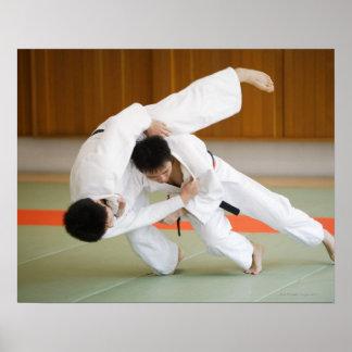 Zwei Männer, die in einem Judo-Match 2 konkurriere Plakate