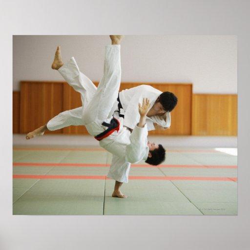Zwei Männer, die in einem Judo-Match 3 konkurriere Plakatdruck