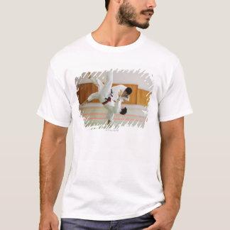 Zwei Männer, die in einem Judo-Match 3 T-Shirt