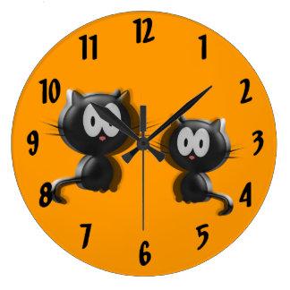 zwei niedliche schwarze grafische Katzen Große Wanduhr