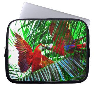 Zwei Papageien-Vögel, die in den Tropen spielen Laptop Sleeve