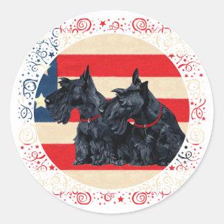 Zwei patriotische schottische Terrier Runder Aufkleber