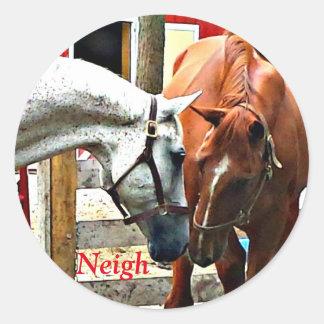 Zwei Pferde, die Freunde machen Runder Aufkleber