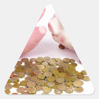 Zwei piggy Banken mit Euromünzen auf Weiß Dreieckiger Aufkleber