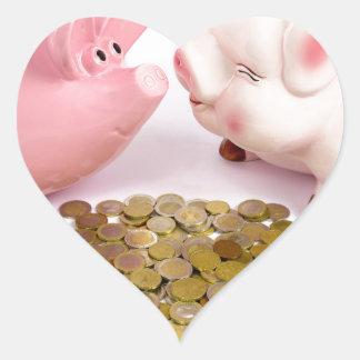 Zwei piggy Banken mit Euromünzen auf Weiß Herz-Aufkleber