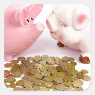 Zwei piggy Banken mit Euromünzen auf Weiß Quadratischer Aufkleber