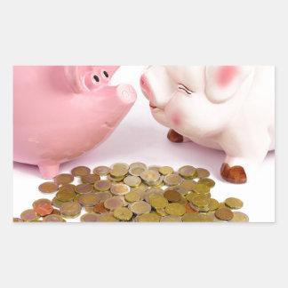 Zwei piggy Banken mit Euromünzen auf Weiß Rechteckiger Aufkleber