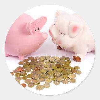 Zwei piggy Banken mit Euromünzen auf Weiß Runder Aufkleber