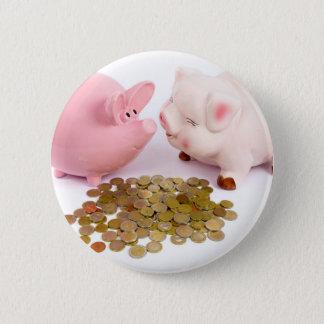 Zwei piggy Banken mit Euromünzen auf Weiß Runder Button 5,7 Cm