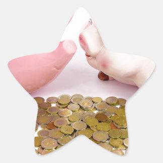 Zwei piggy Banken mit Euromünzen auf Weiß Stern-Aufkleber