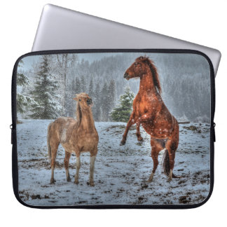 Zwei Ranch-Pferde, die im Schnee-pferdeartigen Laptopschutzhülle