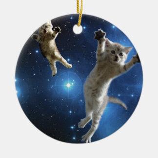 Zwei Raum-Katzen, die um Galaxie schwimmen Keramik Ornament
