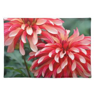 Zwei rosa Dahlie-Blumen Stofftischset