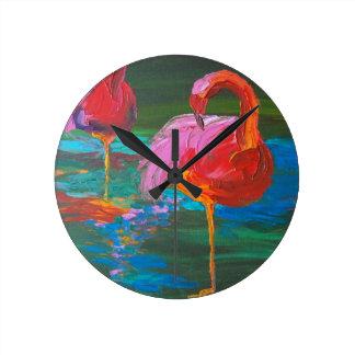 Zwei rosa Flamingos auf grünem See (K.Turnbull Runde Wanduhr