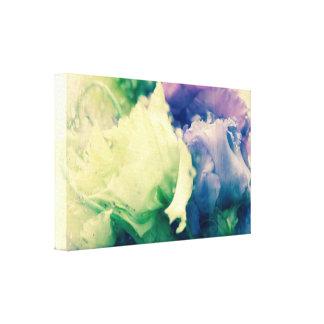 Zwei Rosen hinter einem Glas Leinwanddruck