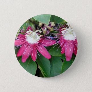 Zwei rote Leidenschafts-Blumen-Nahaufnahme draußen Runder Button 5,1 Cm