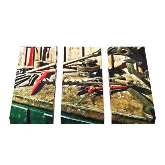 Zwei rote Schlüssel auf dem Werktisch des Leinwanddruck