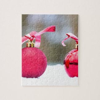 Zwei rote Weihnachtsbälle draußen im Schnee Puzzle