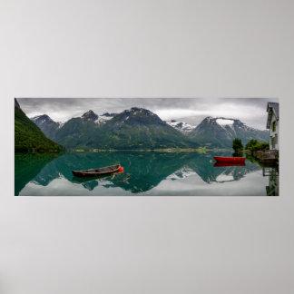 Zwei Rowboats mit Reflexion in einem Seeplakat Poster