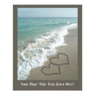 Zwei Sand-Herzen auf dem Strand, romantischer Ozea Flyerdesign