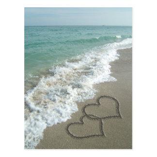 Zwei Sand-Herzen auf dem Strand, romantischer Postkarte
