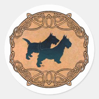 Zwei schottische Terrier in der keltischen Runder Aufkleber