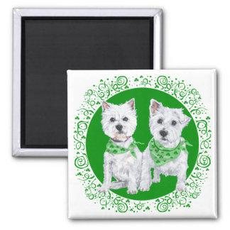 Zwei sitzendes Westies an Tag St. Patricks Quadratischer Magnet