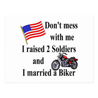 Zwei Soldaten angehoben verheiratet ein Radfahrer Postkarte