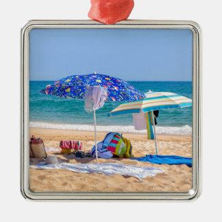 Zwei Sonnenschirme und Strandversorgungen an Silbernes Ornament