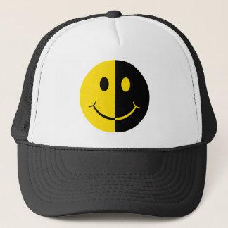 Zwei stellten Smiley gegenüber Truckerkappe