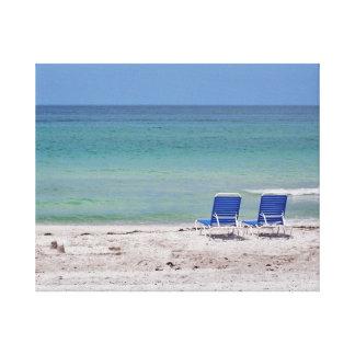 Zwei Stühle auf dem Strand Leinwanddruck